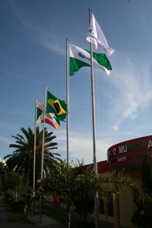 Novas bandeiras são hasteadas no pódio da prefeitura